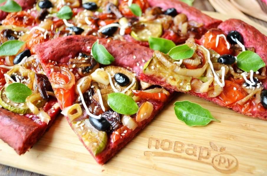 9. Пицца из свекольного теста с овощами и грибами готова!