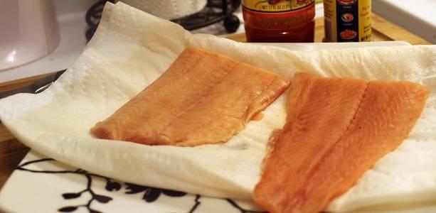 1. Филе любимой рыбы вымыть хорошо и выложить на бумажную салфетку, убрав остатки воды. Посолить со всех сторон немного и добавить специи по вкусу.