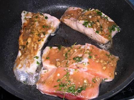 4. Горчицу смешаем с измельченным чесноком и соевым соусом. Заливаем рыбу сверху, и когда уже с одной стороны стейки поджарятся, - переворачиваем на другую, соус так равномерно распределится.
