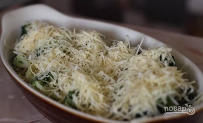 5.В жаропрочную форму выкладываю брокколи, заливаю полученным соусом и посыпаю измельченным на крупной терке сыром.