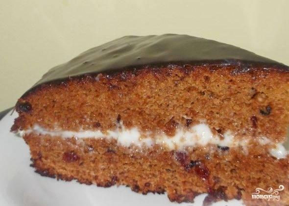 Соедините два коржи и залейте торт глазурью. Подавайте его после полного охлаждения.