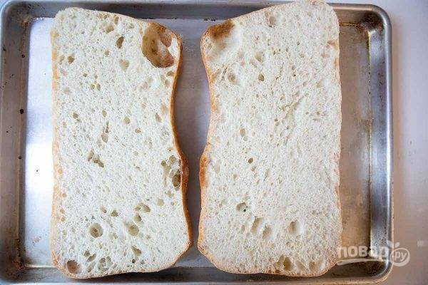 3.Разрежьте хлеб на 2 части и примерьте на противень, влезет ли.