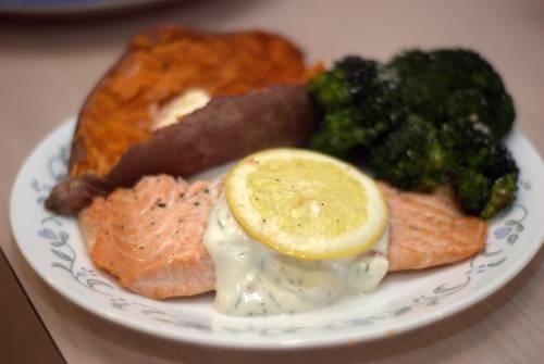 3. Подаем рыбу, щедро полив соусом. Приятного аппетита!