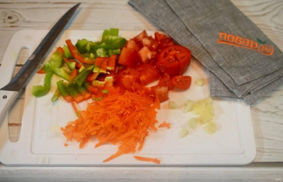 5. Все овощи почистите и удалите семена. Нарежьте помидоры кубиком, чеснок -произвольно, перец - соломкой, а морковь натрите на терке.