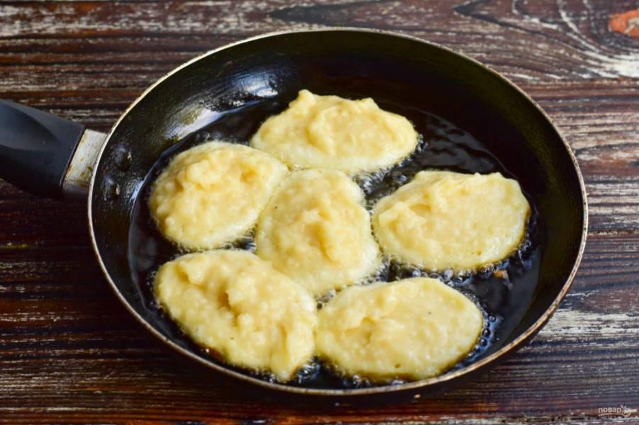 В сковороде нагрейте растительное масло. Выложите ложкой оладьи.