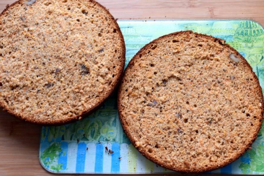Остудите пирог на решетке и разрежьте на две части. Пирог очень нежный и сочный, в пропитке не нуждается.