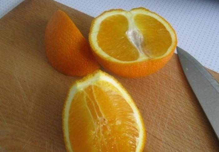 Апельсин промываем и нарезаем дольками, шкурку удаляем.