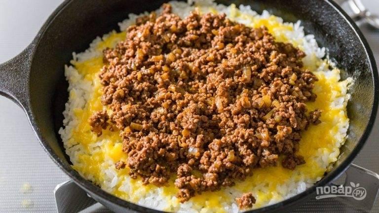 """5.Измельчите сыр """"Чеддер"""". Помойте помидор и нарежьте небольшими кусочками. Посыпьте сыром приготовленный рис в сковороде."""