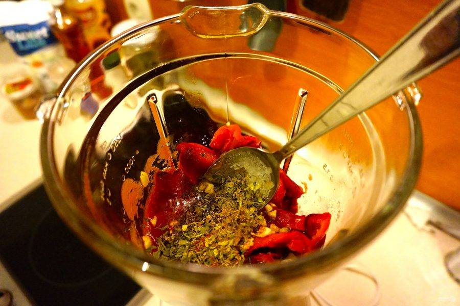 В чашу блендера отправьте баклажан, перцы, приправы, чеснок, растительное масло, уксус и томатную пасту. Измельчите до однородности.