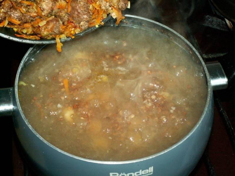 Еще минут через 10 добавьте добавьте готовую обжарку.