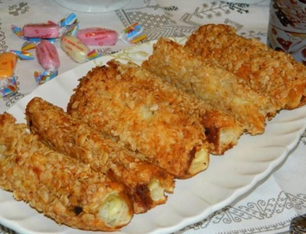 Далее обжарьте рулетики со всех сторон, пока сыр не расплавится. И сразу подавайте на стол.