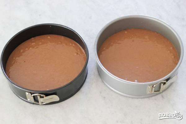 4. Разделите тесто на две части, вылейте в жаропрочную форму и отправьте в разогретую духовку.