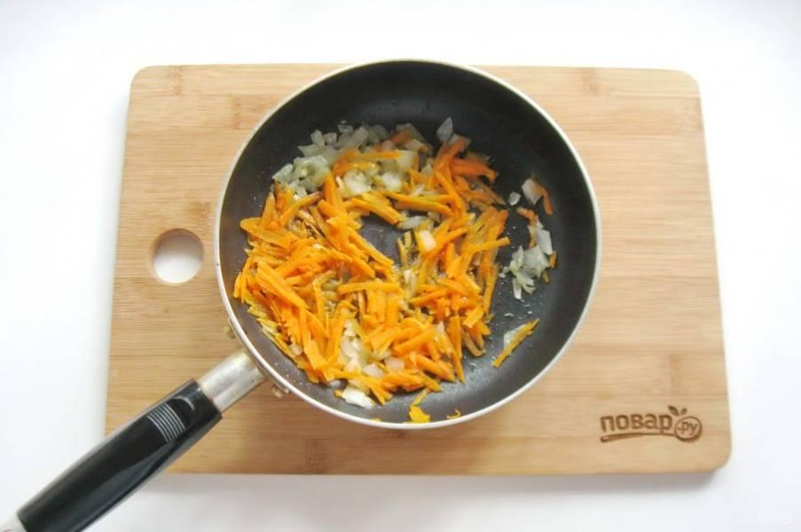 Налейте подсолнечное масло и тушите лук с морковью 7-8 минут, периодически перемешивая.