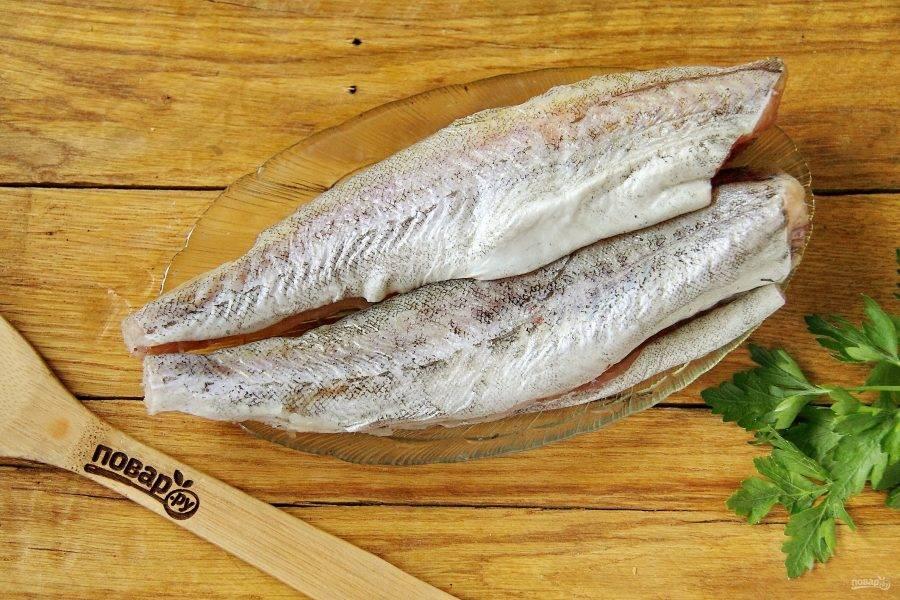 У рыбы обрежьте хвост и плавники, удалите если необходимо внутренности, после чего промойте и обсушите бумажным полотенцем.
