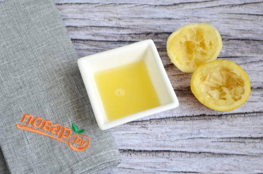 3. Пока молоко нагревается, разрежьте лимон на 2 части, выдавите сок, процедите его от косточек.