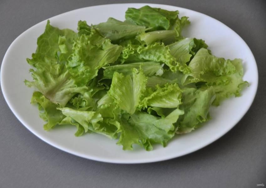 Руками нарвите салатный лист в плоское блюдо.