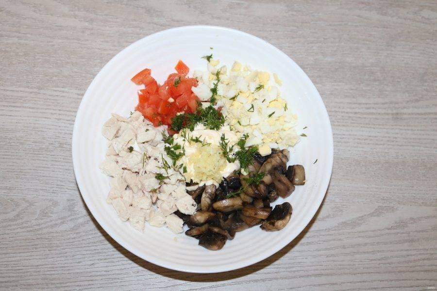 Выдавите чеснок, укроп мелко нарежьте, добавьте в салат немного майонеза, перемешайте.