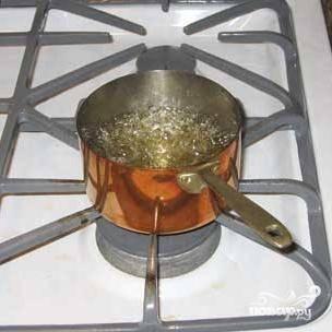 Теперь из воды и сахара варим сироп. Доводим его на среднем огне до кипения, периодически помешивая, и кипятим еще около 30 секунд. Выключаем и охлаждаем до комнатной температуры.