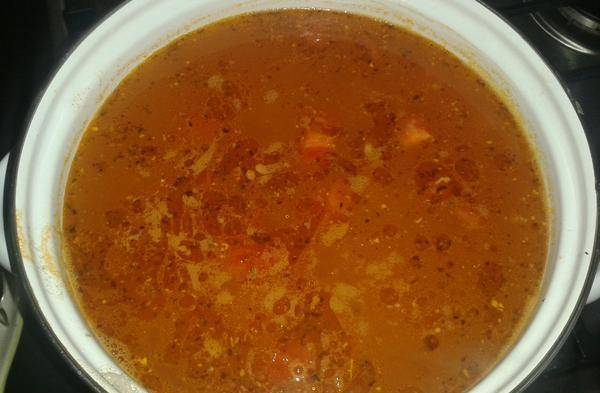 Картошка с рисом уже почти готовы, самое время добавить в суп зажарку. Соль и перец по вкусу.