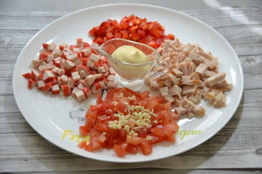 Измельченный чеснок добавьте к помидорам.