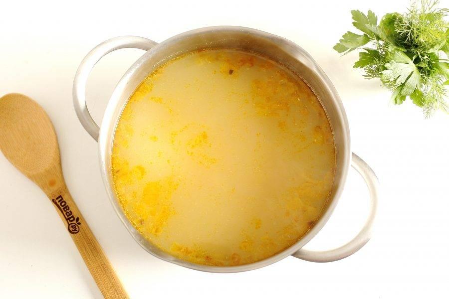 Если у вас был набор для ухи, отделите мясо от костей и добавьте кусочки рыбы в кастрюлю. Отрегулируйте суп  на соль.