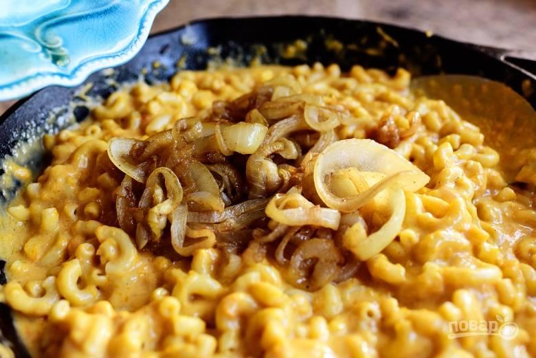 5. Добавьте в сковороду макароны, лук и панировочные сухари. Затем перемешайте и поставьте в духовку на 15 минут запекаться при температуре 200 градусов. Приятного аппетита!