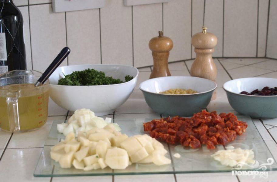 1.Мелко порезать капусту. Порезать лук и картофель, чоризо очистить от пленки и нарезать мелкими кусочками.