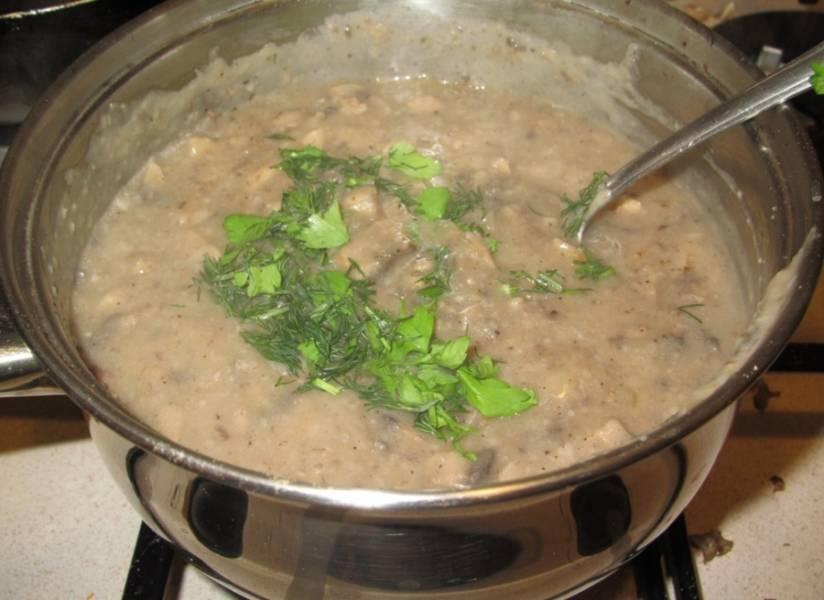 Варим соус несколько минут, затем добавляем обжаренные грибы и лук, готовим еще минут 5, а затем вкидываем измельченную зелень. Когда соус загустеет, снимаем его с огня и подаем с любым блюдом на ваш вкус, у нас, например, были картофельные блины. Приятного вам аппетита!