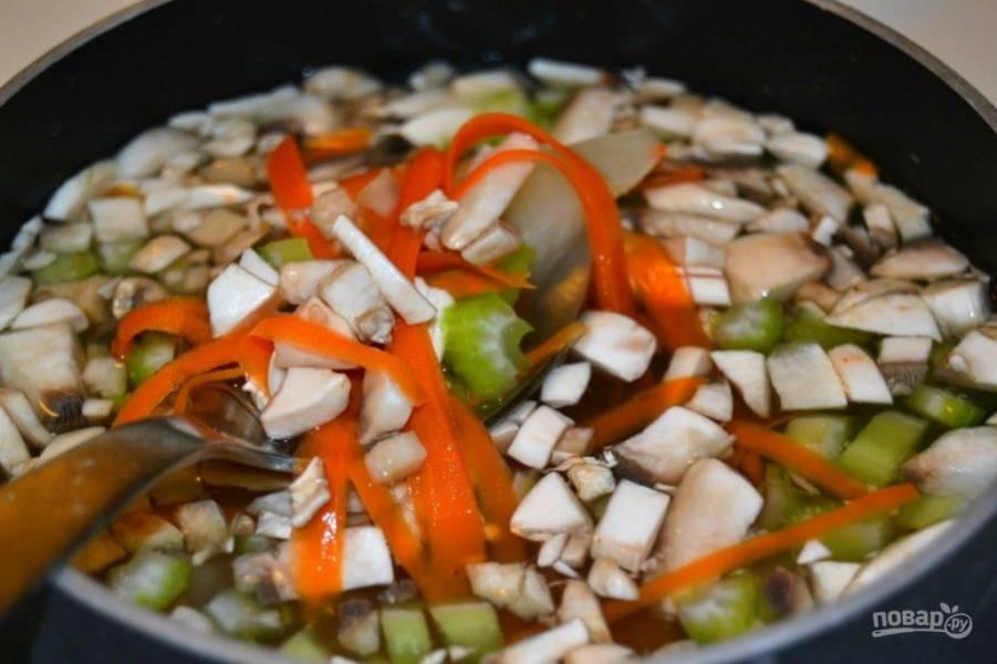 7.Немного посолите и добавьте в кипящую воду все овощи, варите их 15 минут.