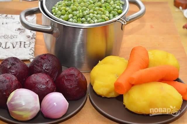 1.Свеклу, картофель, морковь хорошенько мою, затем помещаю в большую кастрюлю и заливаю холодной водой. Варю овощи до готовности (морковь и картофель – 20-30 минут, свеклу – 1-1,5 часа). Отвариваю зеленый горошек. Остужаю и очищаю овощи.