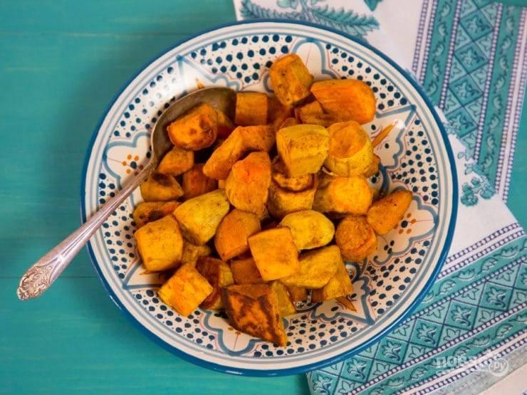 3. Запекайте сладкий картофель 20 минут, затем переверните кусочки на другую сторону и готовьте их ещё 15 минут. Подавайте гарнир горячим. Приятного аппетита!