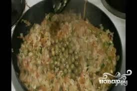 6. Когда молоко и мука образуют однородную массу, выкладываем в соус обжаренные овощи и тщательно все перемешиваем. Затем снимаем с плиты и даем блюду остыть.