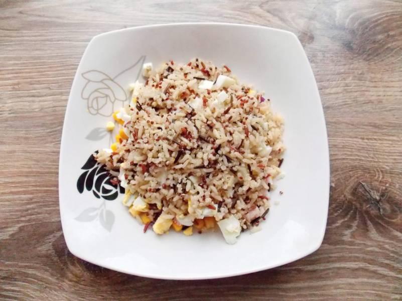 Добавьте в салатник остывшие рис и киноа.