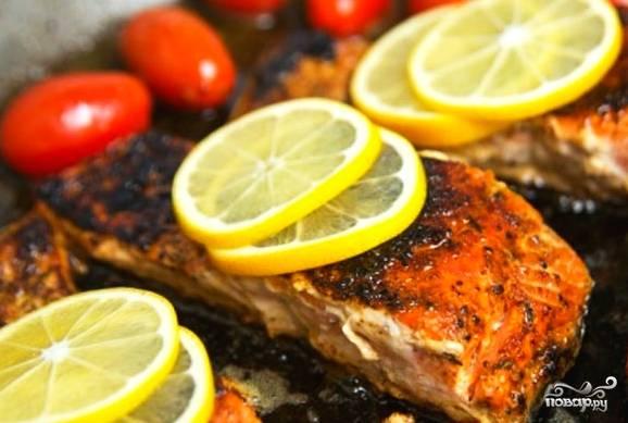 Ставим рыбу в духовку на 40 минут при температуре 150 градусов. Через 25 минут надо ее вытащить, полить выделившимся соком и положить сверху кружочки лимона.