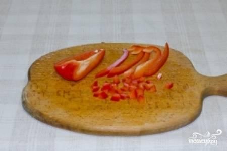 Помойте сладкий перец, удалите семечки и нарежьте кубиками.