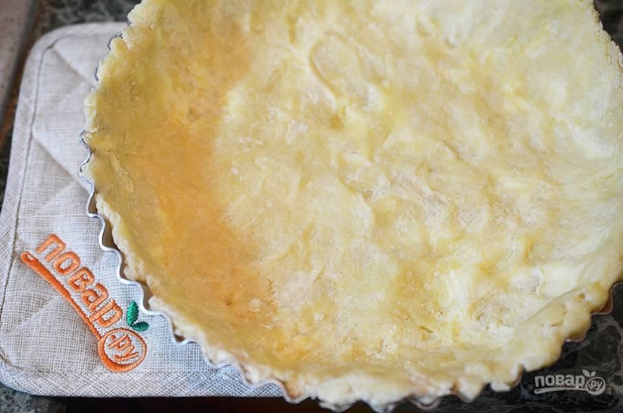 Тесто распределите по смазанной маслом форме, наколите вилкой и уберите в холодильник на 10 минут.