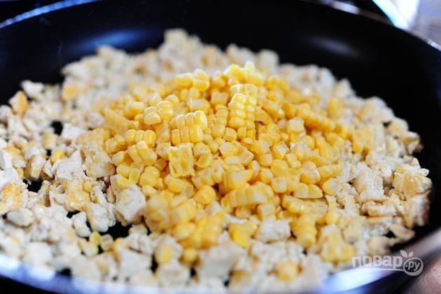 2. Растопите масло на сковороде, добавьте тофу и кукурузу.