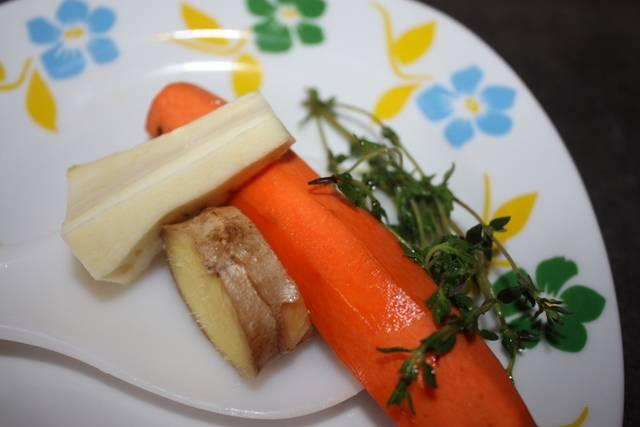 """1. Все овощи тщательно моем, чистим, а вот резать мелко не надо. Выкладываем сельдерей, картофель, чеснок, морковь, лук и корень петрушки в чашу мультиварки с растительным маслом. В режиме """"Выпечка"""" держим 10 минут. Затем все, кроме картошки и  сельдерея вынимаем обратно."""