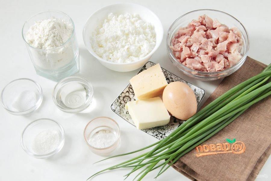 Подготовьте все ингредиенты. Куриное филе сразу нарежьте небольшими кубиками.