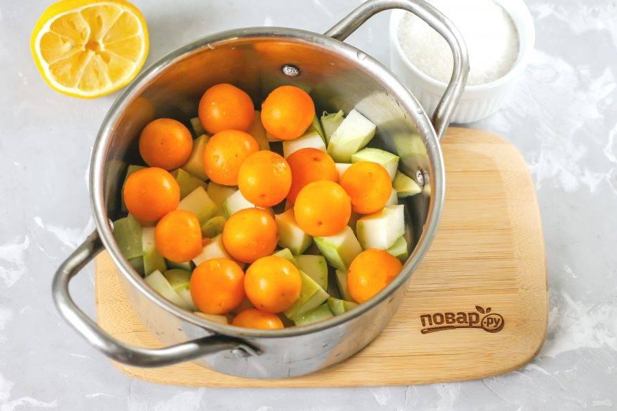 Промойте алычу и добавьте в емкость. По желанию вы можете удалить из плодов косточки.