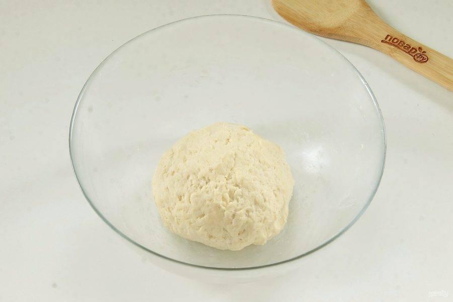 Замесите тесто, соберите его в шар, заверните в пищевую пленку и уберите в холодильник на 30 минут.