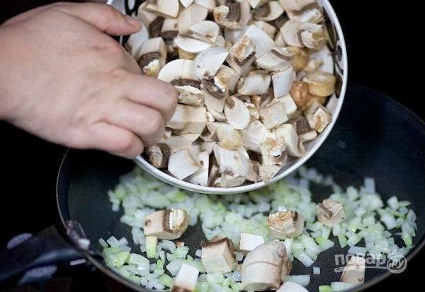2. Вымойте и нарежьте кубиками грибы. Отправьте на сковороду к луку. Жарьте на среднем огне, помешивая, до готовности. Посолите и поперчите в процессе.