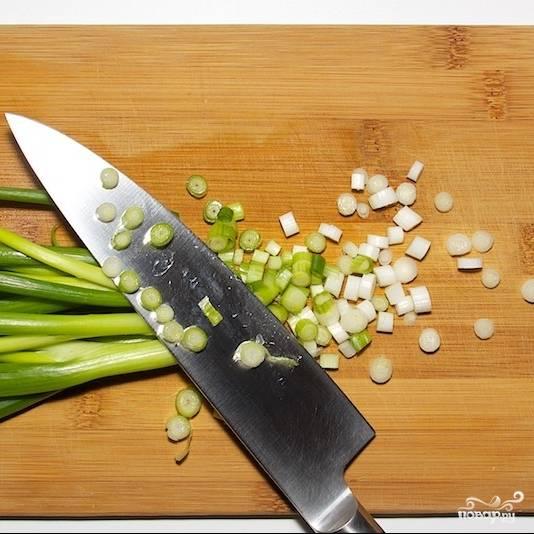 Тонкими колечками нарезаем белую часть зеленого лука.