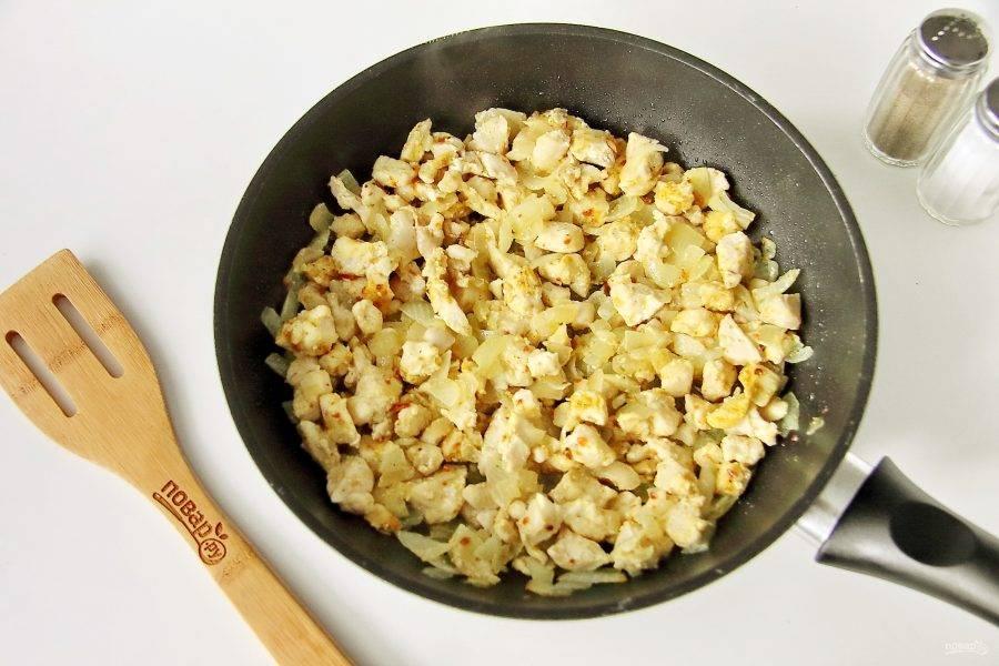 Обжарьте все вместе периодически помешивая. Долго обжаривать мясо не надо, как только кусочки побелеют, снимите сковороду с огня и дайте содержимому остыть.