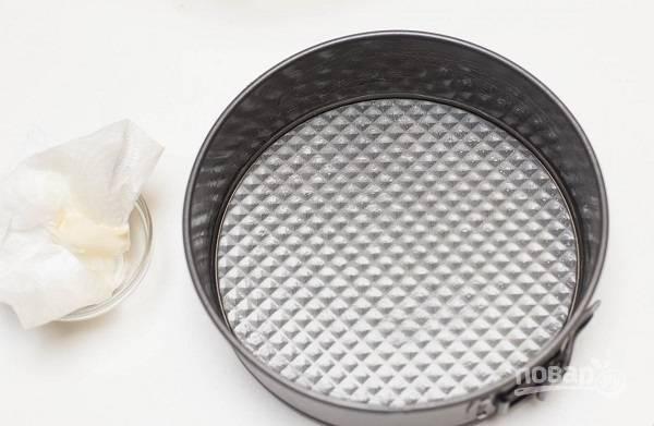 5. Жаропрочную форму смажьте сливочным маслом и при желании присыпьте манкой.