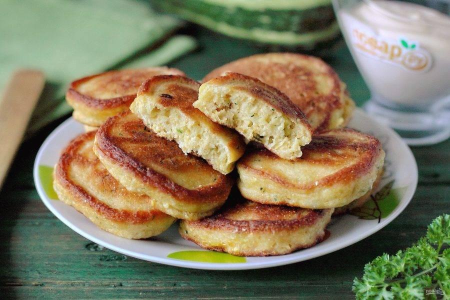 Подавайте со сметаной, чесночным соусом или как альтернативу хлебу к первым блюдам. Приятного аппетита!