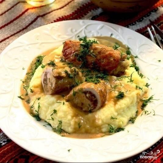 Подаем крученики вместе с образовавшимся в сковороде соусом, а также с любимым гарниром. Приятного!