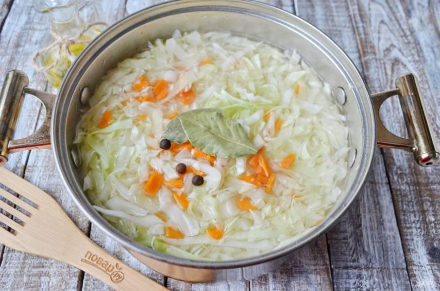 Туда же добавьте лавровый лист, перец горошком, соль, щепотку перца молотого и варите до мягкости всех овощей.