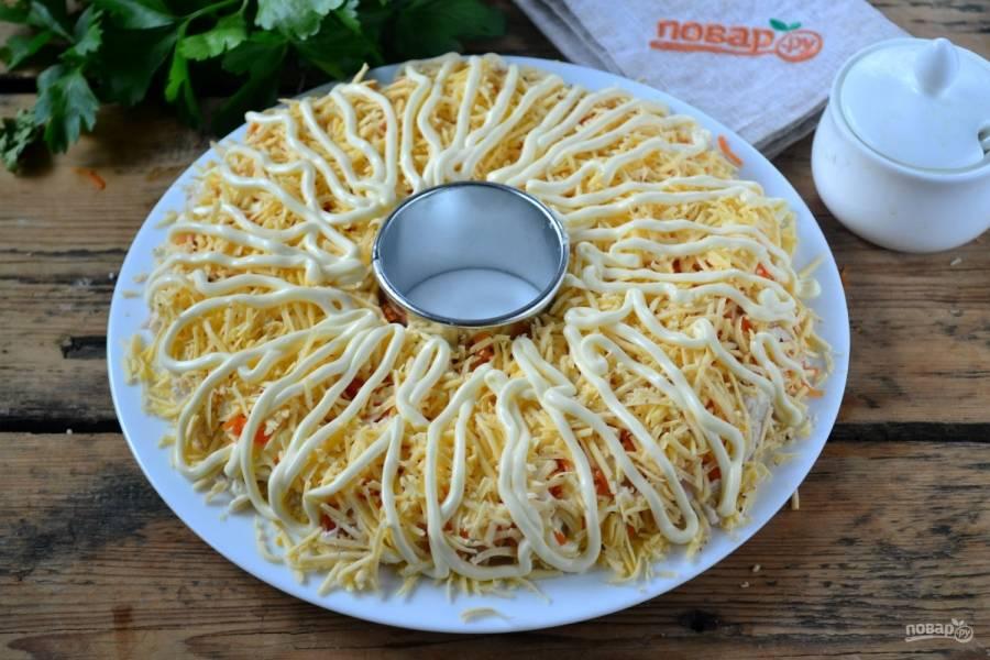 Далее – тертый твердый сыр, который обильно смажьте майонезом.