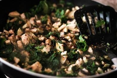 4. Солим, добавляем чили, перемешиваем и жарим минут 15, пока не испарится жидкость от грибов.